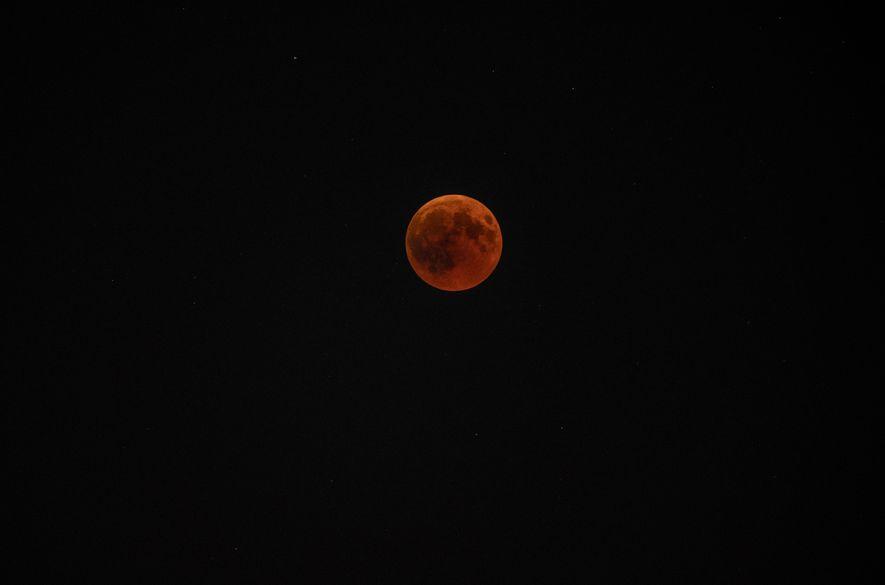 Der Mond trat am 27. Juli 2018 um etwa 21:30 Uhr in die Totalität ein und ...