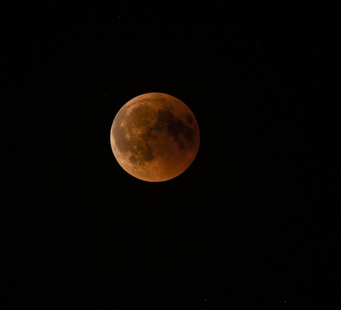 Kurz vor dem Austritt aus der Totalität gegen 23:10 Uhr zeichnet sich am linken Mondrand bereits ...