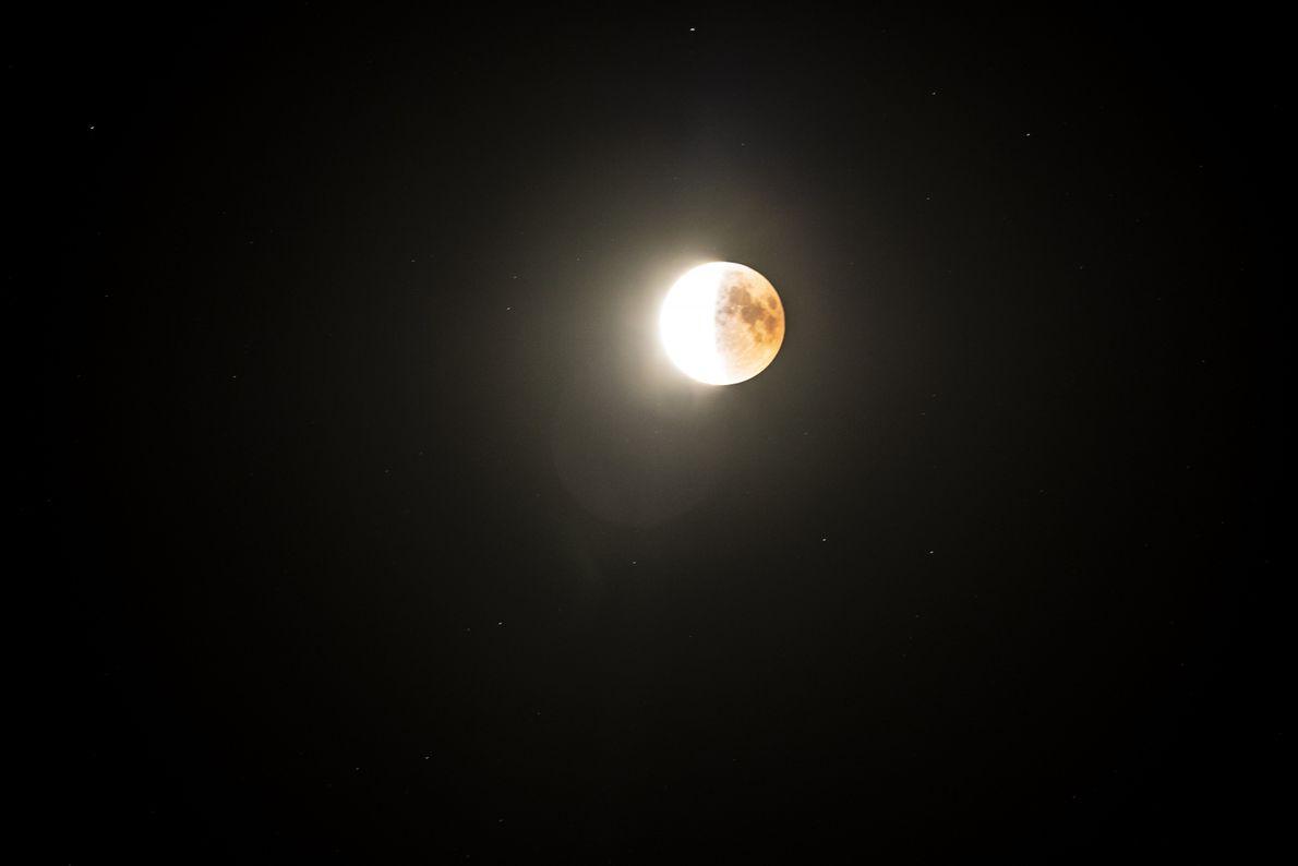In dieser Belichtungseinstellung strahlt die nicht mehr verdunkelte Hälfte des Mondes besonders hell.
