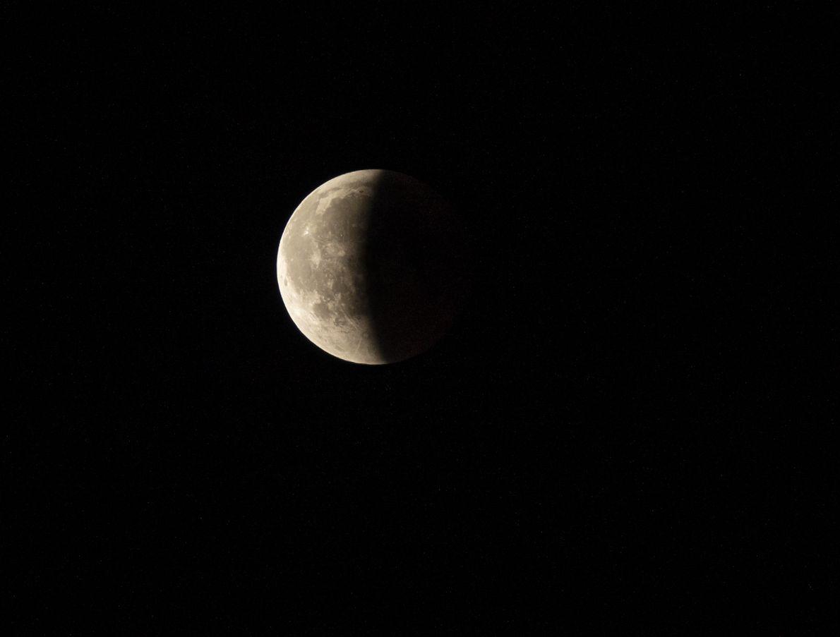 Der Kernschatten der Erde verdeckt knapp die Hälfte des Mondes. Auf der anderen Hälfte sind ungefähr ...