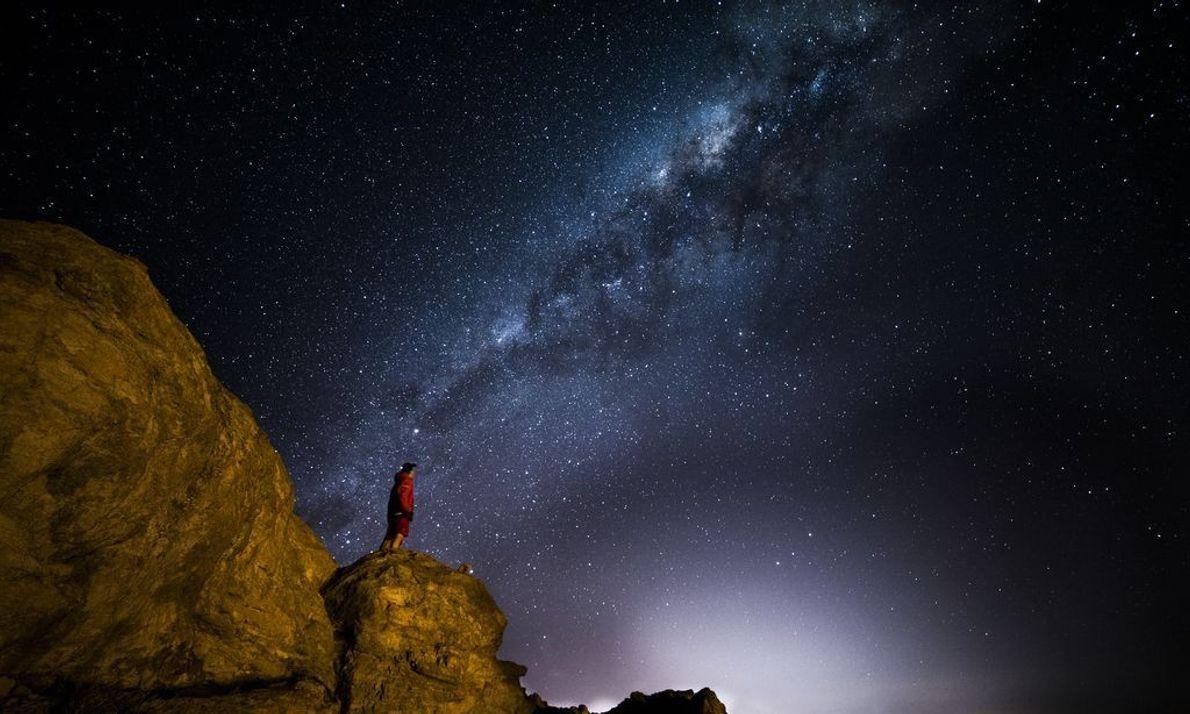Das leuchtende Band der Milchstraße durchzieht den Nachthimmel.