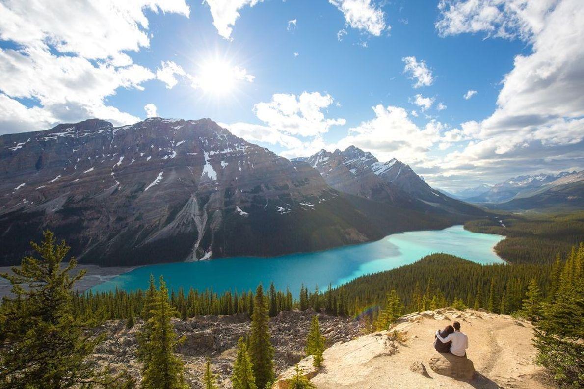 Der Peyto Lake befindet sich am Icefields Parkway im kanadischen Banff-Nationalpark in Alberta. Wie viele andere ...
