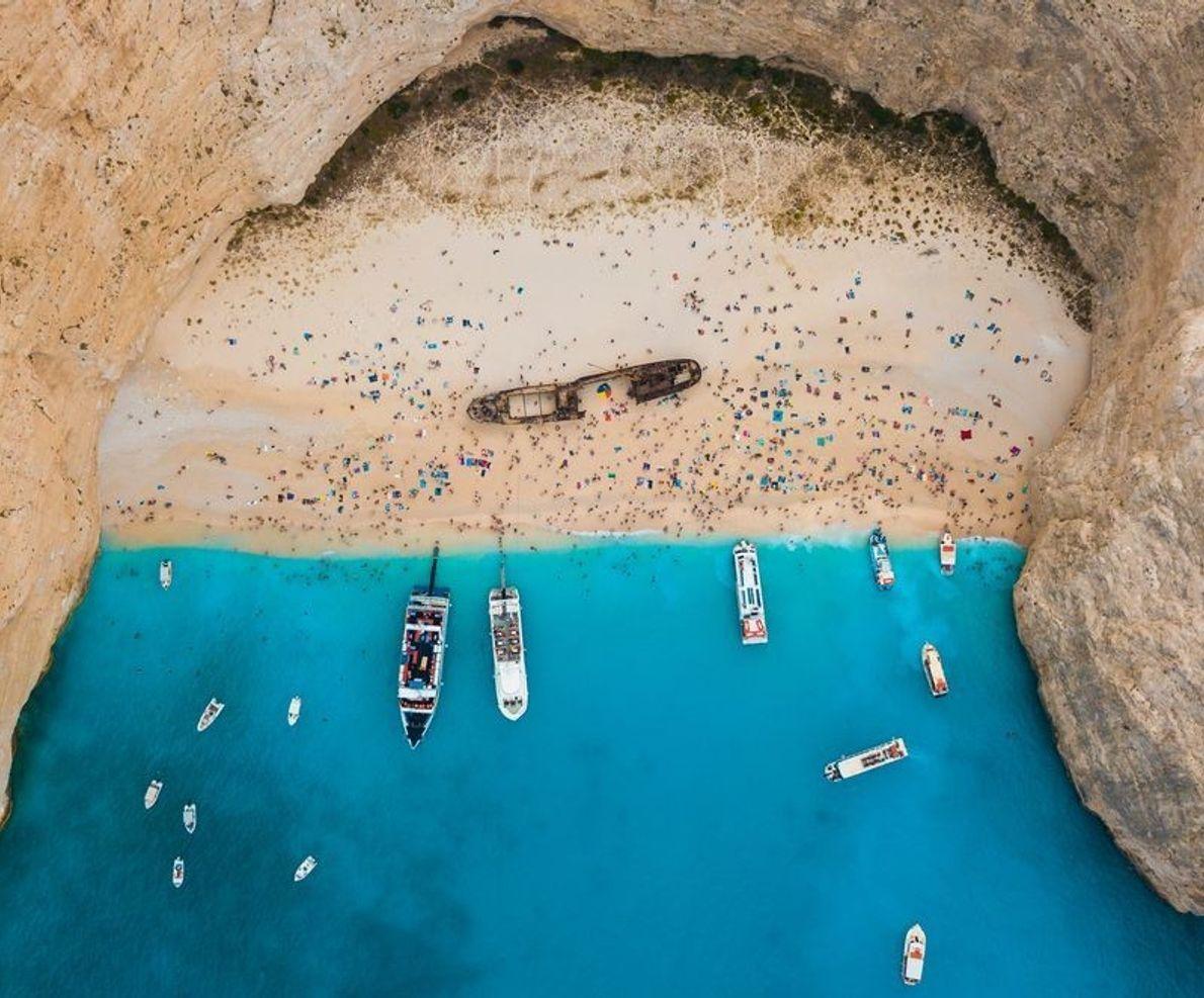 Die griechische Insel Zakynthos bietet traumhafte Sandstrände, türkisfarbenes Wasser und warmes Wetter. An diesem kleinen Strand ...