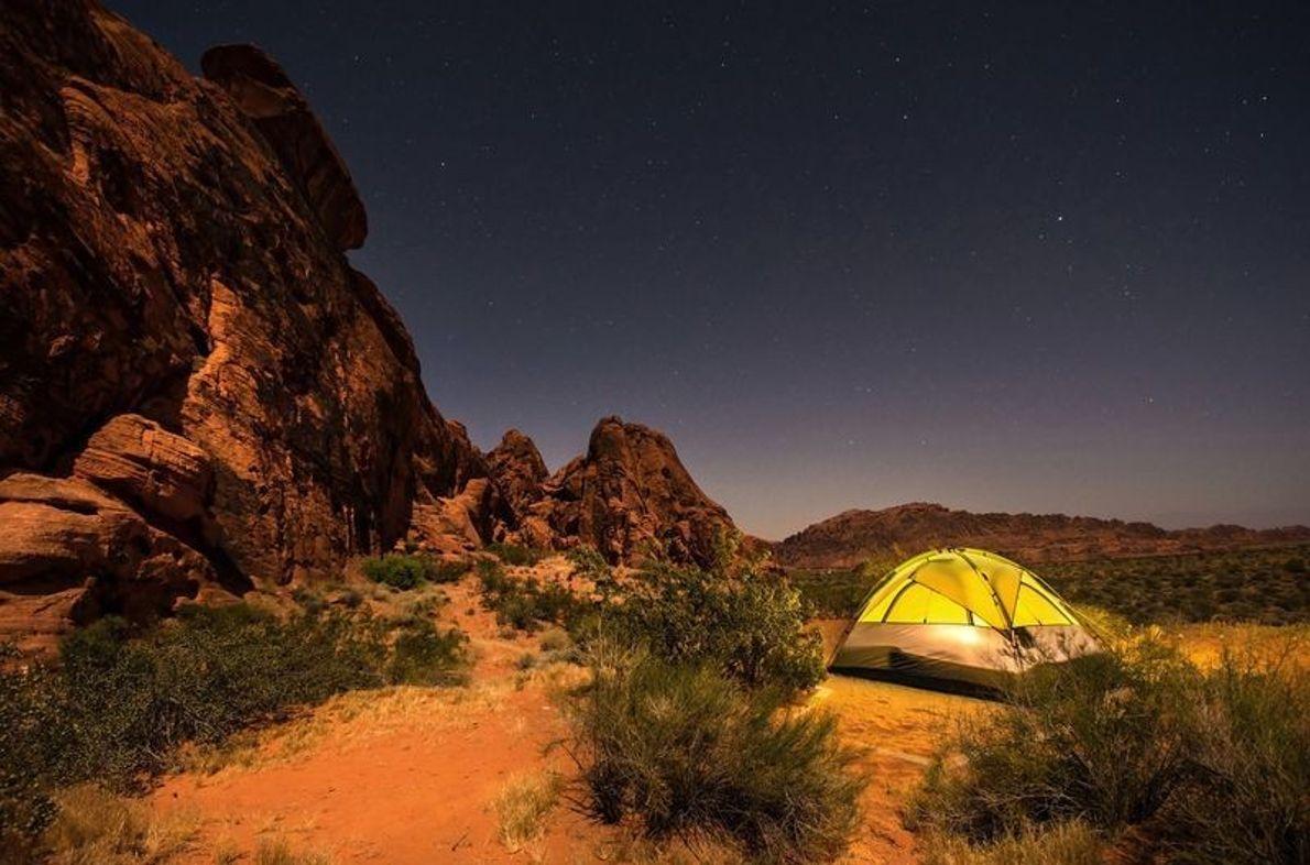 Camp an roten Kalksteinfelsen