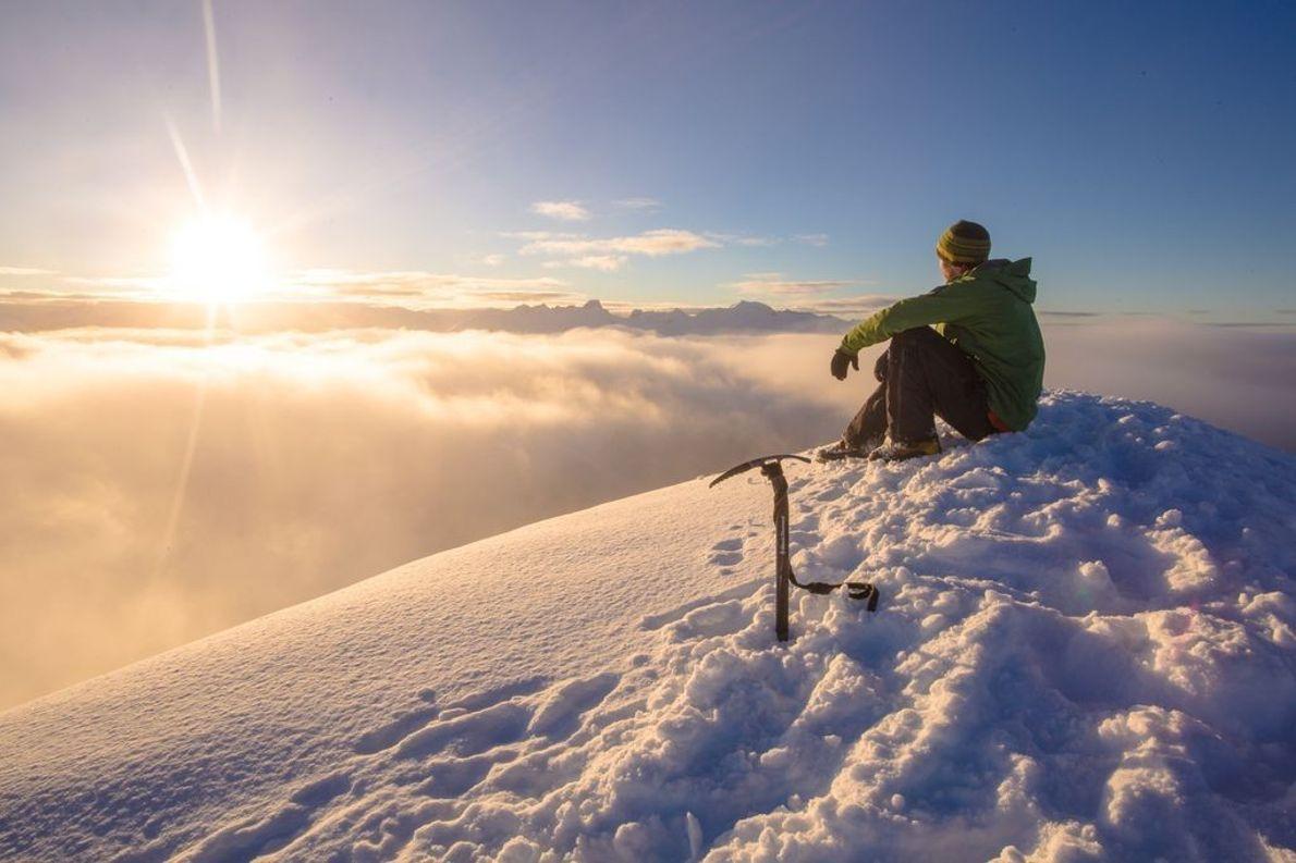 Mann im Schnee auf Gipfel des Trapper Peak