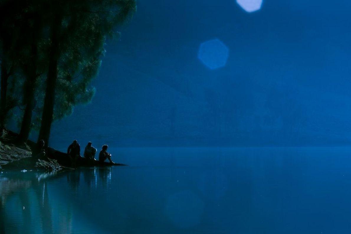 Personen am Wasser