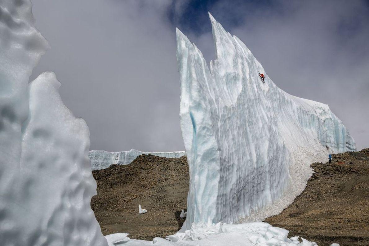 Bergsteiger an Eisformation