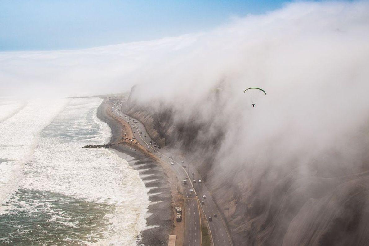 Wolkenbedeckte Stadt, Straße und Meer