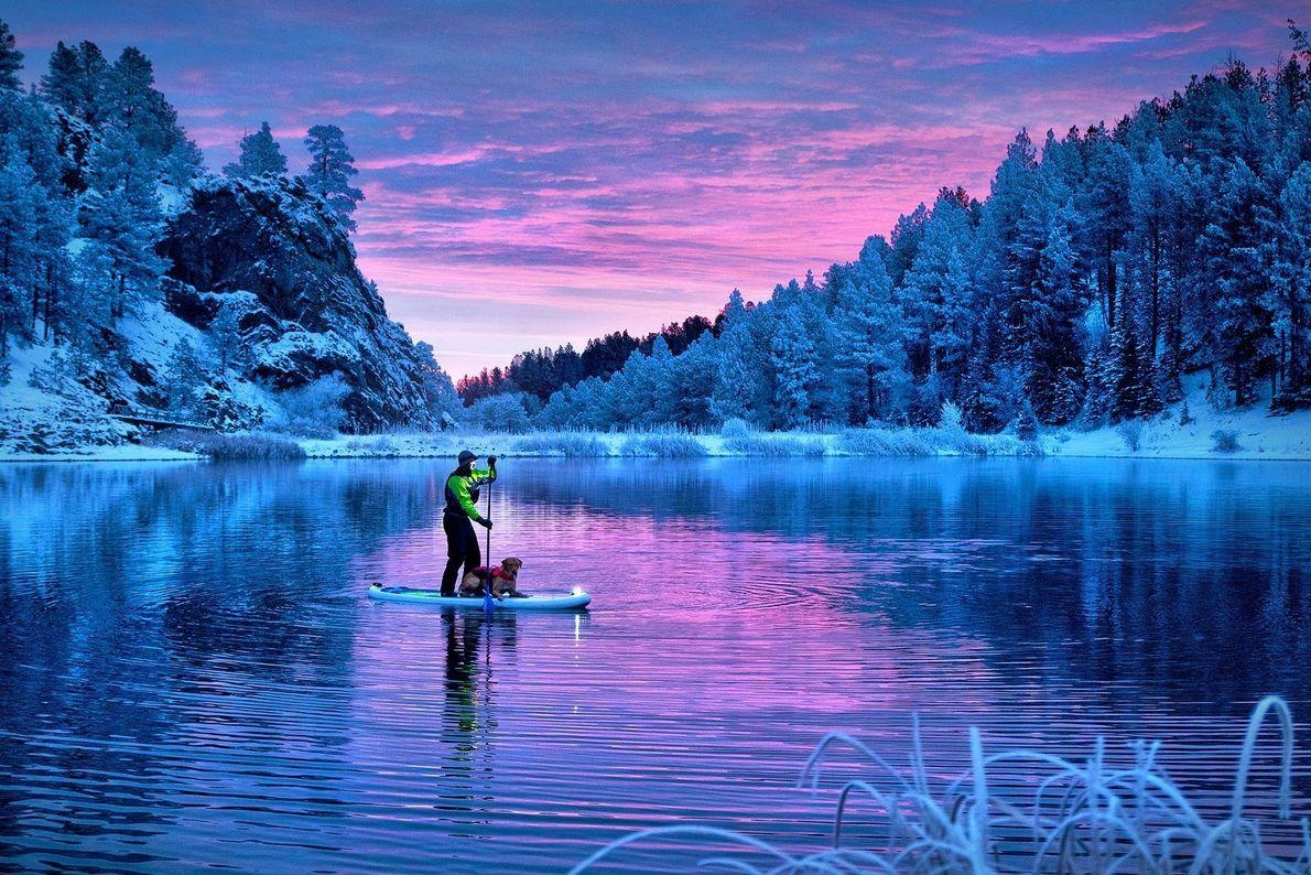 Hund und Herrchen auf See