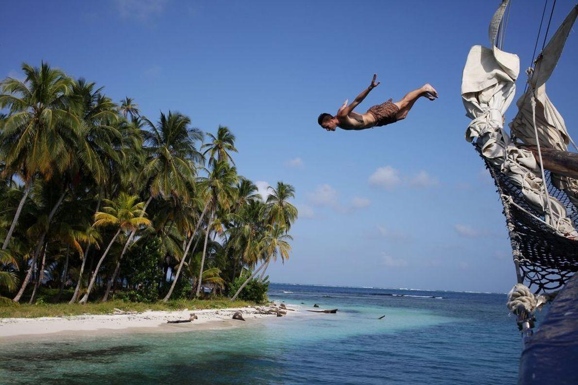 Mann springt vor Insel ins Meer