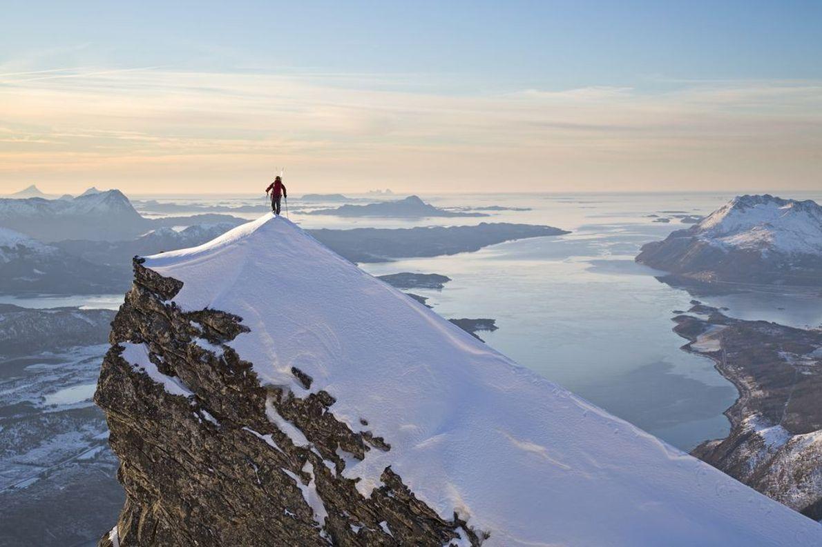 Bergsteiger alleine auf Gipfel