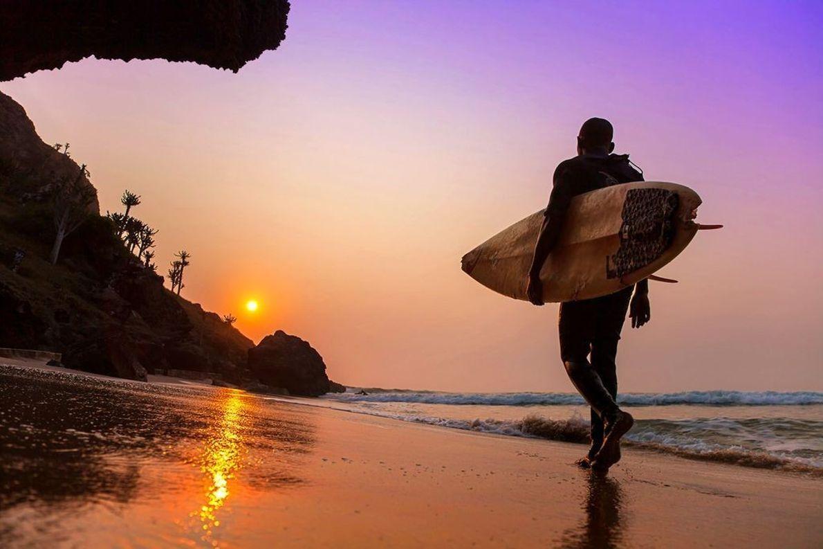 Surfer am Strand bei Sonnenuntergang