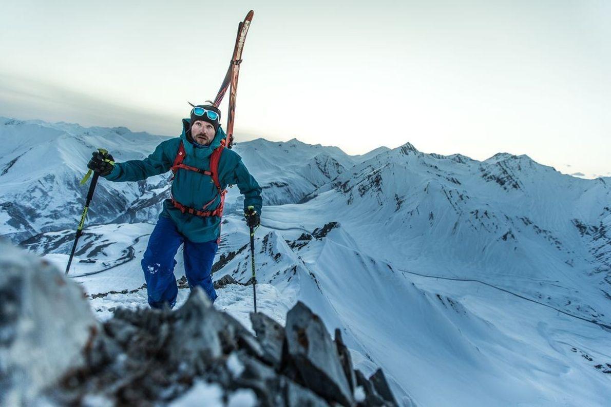 Freerider-Skifahrer auf Gipfel