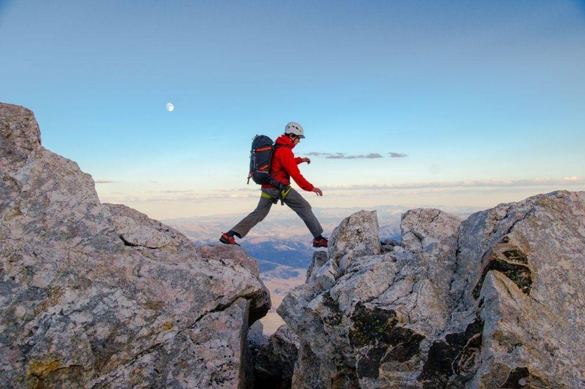 Wanderer überquert Felsen