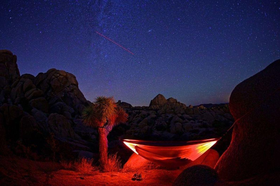 Rot beleuchtete Hängematte in der Nacht