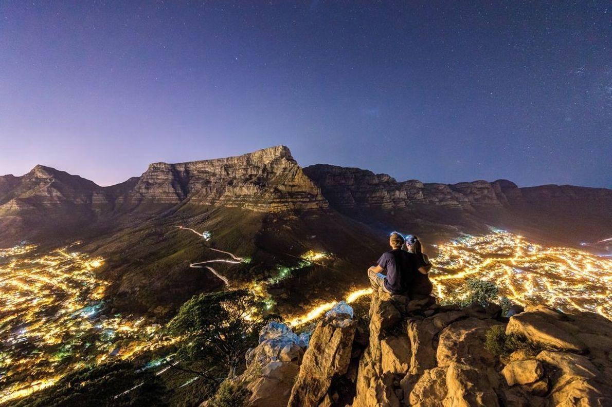 Paar auf Berg in Morgendämmerung