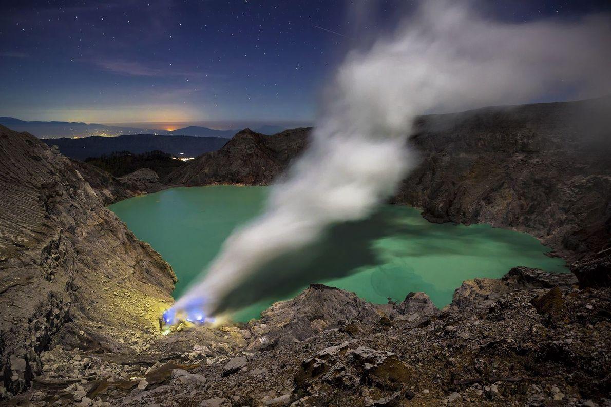 Das leuchtend türkisfarbene Wasser des Mount Ijen eignet sich nicht als Bademöglichkeit, denn die Farbe entsteht ...