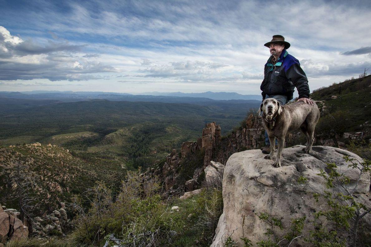 Hund und Herrchen auf Berg