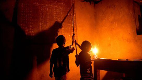 Jeden Abend machen Rogathien und Eveline Honon im Dorf Allankpon ihre Hausaufgaben im Schein von Petroleumlampen. ...