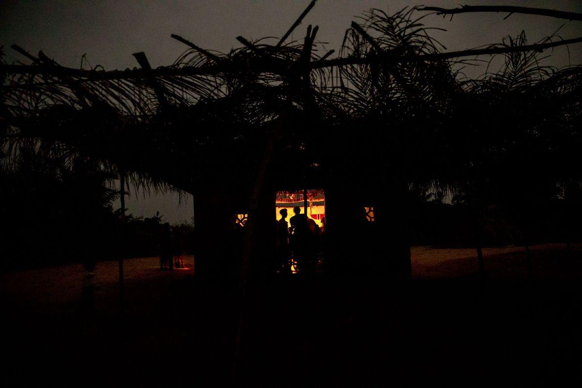 In Allankpon versammeln sich die Dorfbewohner für einen abendlichen Gottesdienst.