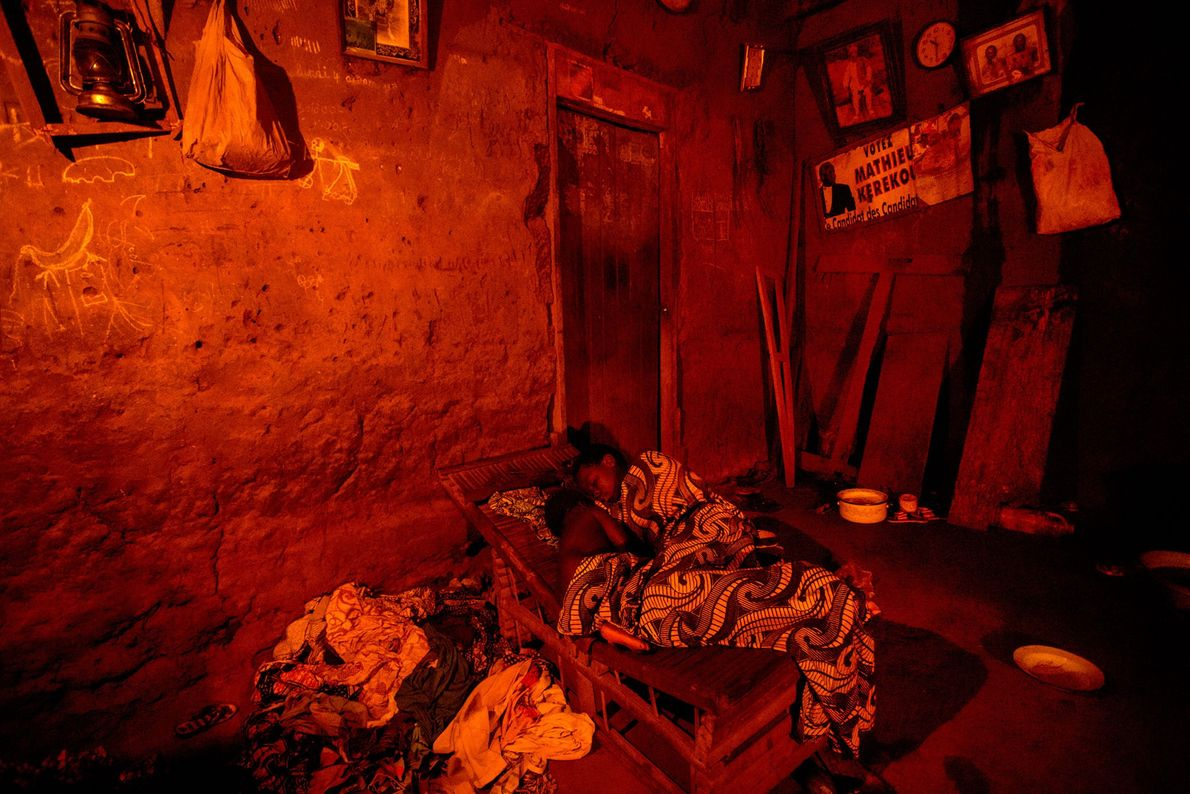 Im Dorf Seahovo gibt es keinen Strom. Nach einem Tag voller Feldarbeit sind die Dorfbewohner nach ...