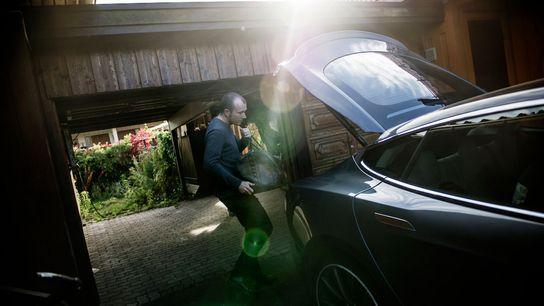 Mann belädt Auto