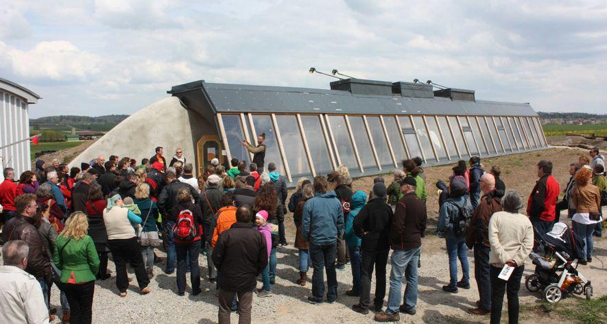Ein Haus aus Müll und Naturstoffen: Das erste Earthship Deutschlands zieht die Besucher an.