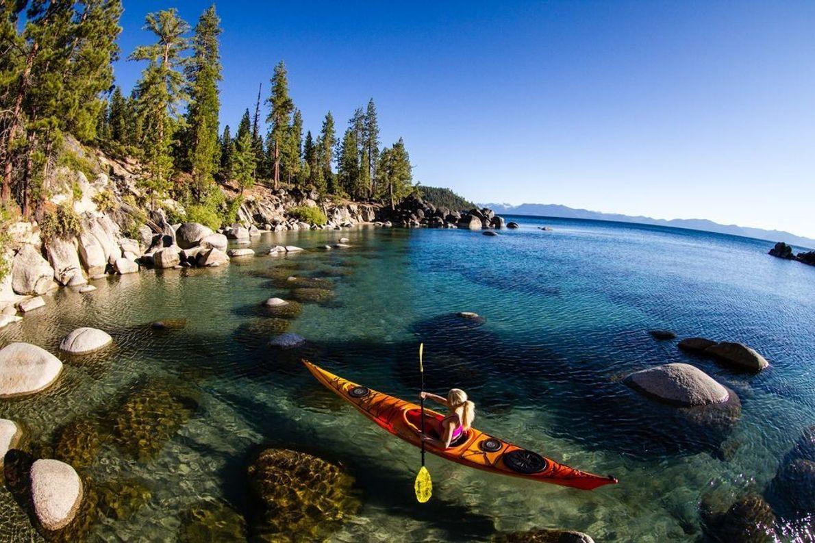 Eine Frau nutzt das gute Wetter für einen Tag auf dem Lake Tahoe in der Sierra ...