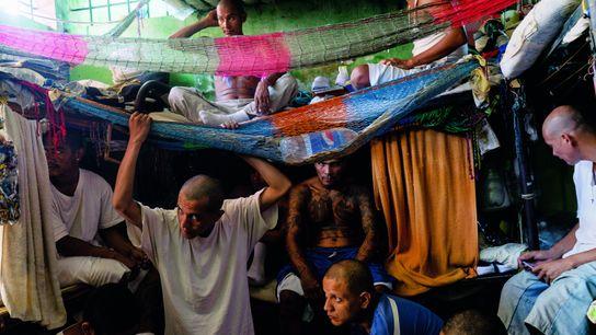Mitglieder der Gang MS-13 drängen sich in einer überfüllten Zelle im Chalatenango-Gefängnis im Norden von El ...