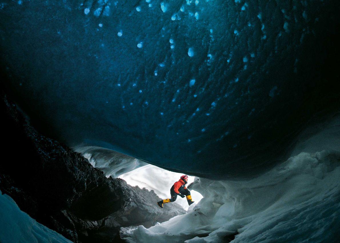 Gletschereis bedeckt den Berg. Darunter hat heißer Dampf domartige Höhlen geformt.