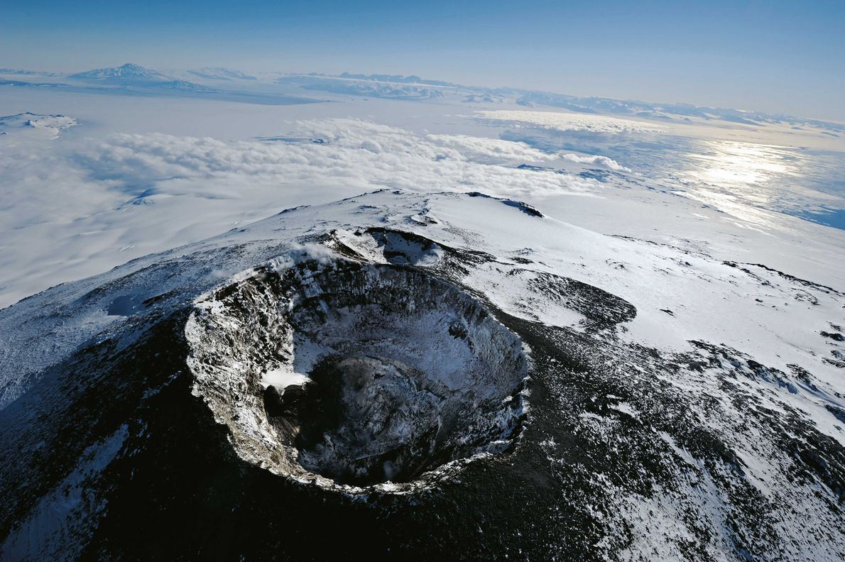 Friedliche Abendstimmung am Hauptkrater des Mount Erebus: Nur ein paar Dampfwölkchen sind zu sehen. Im Hintergrund …