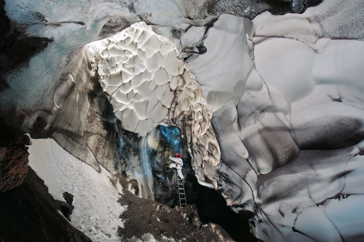 Seile und Leitern erleichtern den Abstieg in die Warren-Höhle. Die Wärme des Vulkans hat ein wahres …