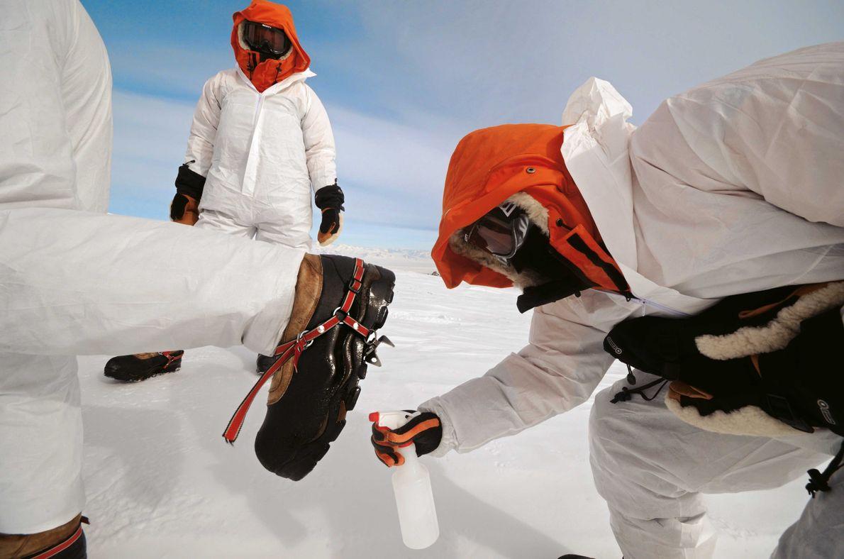 Die Mikrobiologen bereiten sich auf die Entnahme von Proben aus der warmen Vulkanerde vor. Um die …