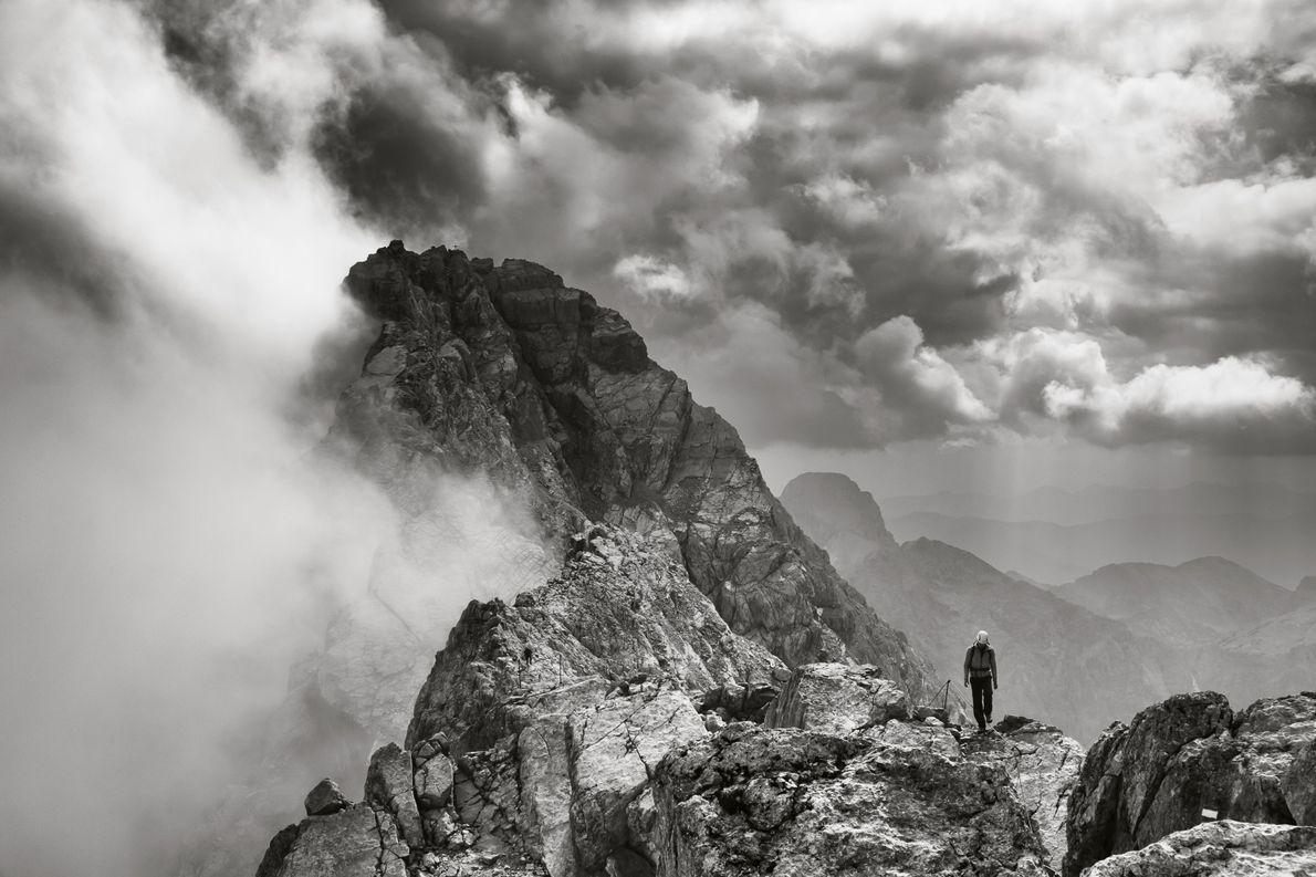 """""""Ein Bergsteiger beim Abstieg vom Satzmann. Der Gipfel ist mit 2713 Metern Höhe der höchste Punkt ..."""