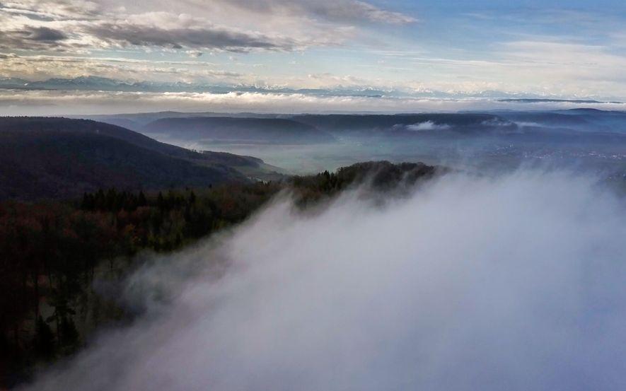 Nebelverhangene Schwarzwaldhänge erstrecken sich am ersten Morgen nördlich der Alpen.