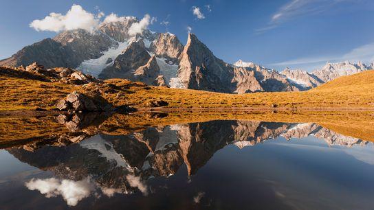 Foto eines Bergsees und Mount Blanc in Courmayeur, Valle d'Aosta, Italien