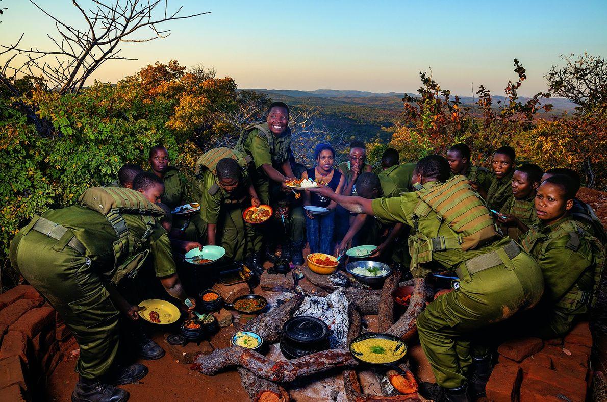 Die Wildhüterinnen versammeln sich zum Essen im Lager. Das gesamte Team ernährt sich vegan. Mander stellte …