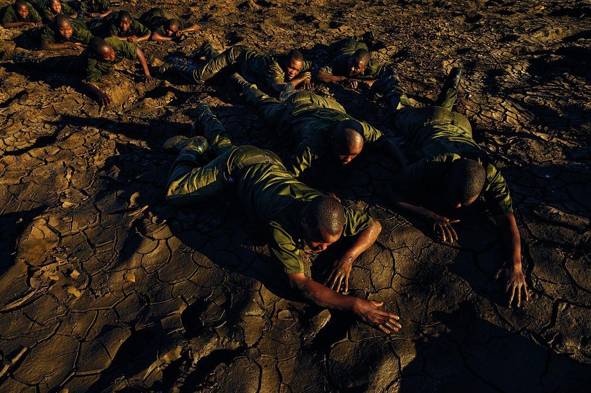 Die Akashinga trainieren nahe ihrer Basis im Norden von Simbabwe. Im Busch kann es passieren, dass …