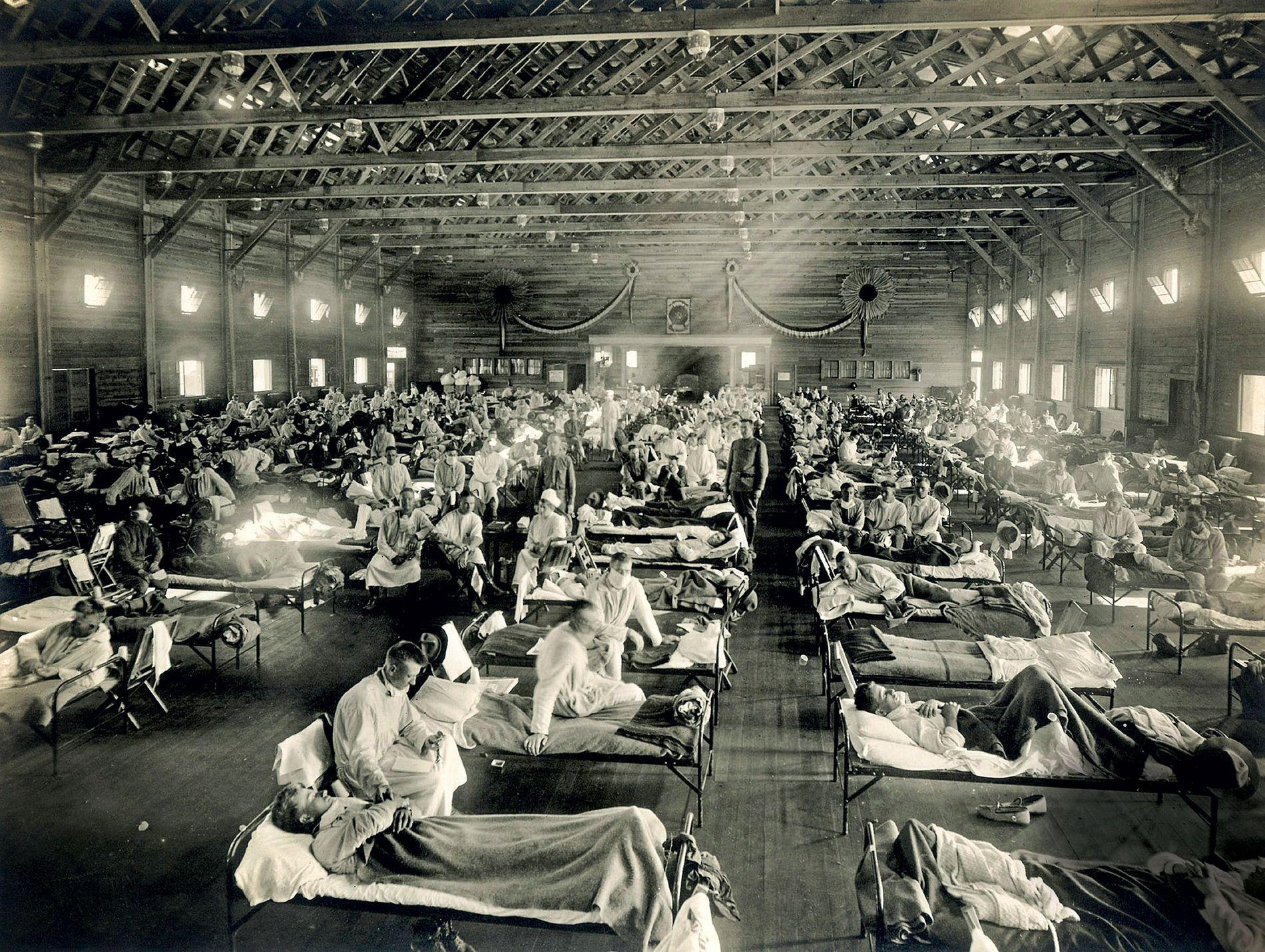 Die ersten offiziellen Fälle der Spanischen Grippe von 1918 wurden in U.S.-Militärcamp Funston und Kansas dokumentiert, ...