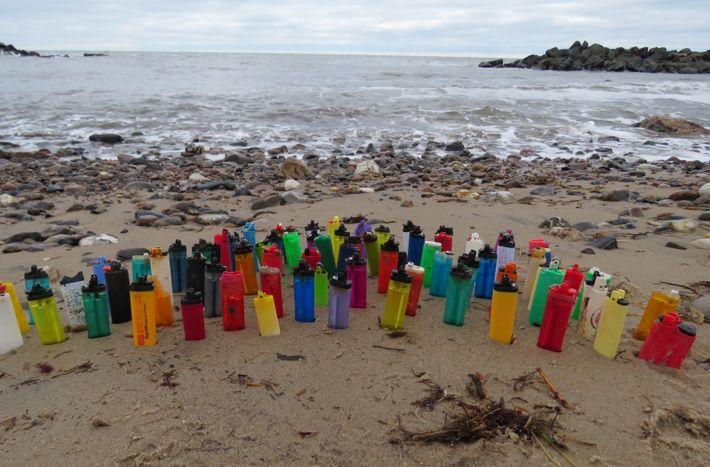 Angespülte Feuerzeuge an der Küste