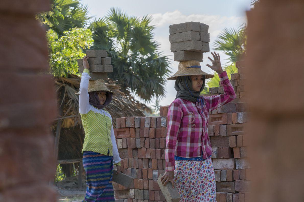 Junge Frauen verdienen ihren Lebensunterhalt mit dem Transport von Ziegelsteinen. Bis zu neun Steine können die ...