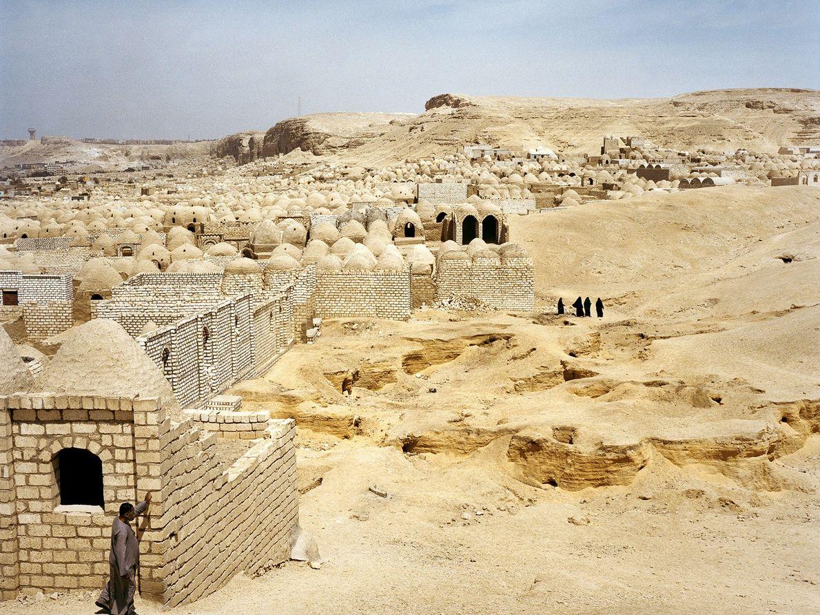 Auch heute ehren die Ägypter ihre Toten, indem sie langlebige Bauten errichten. Nahe der Stadt al-Minya ...