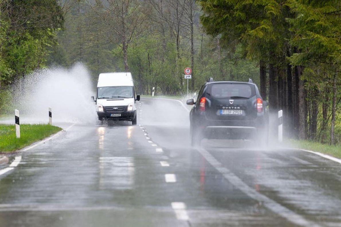 Überflutete Fahrbahnen