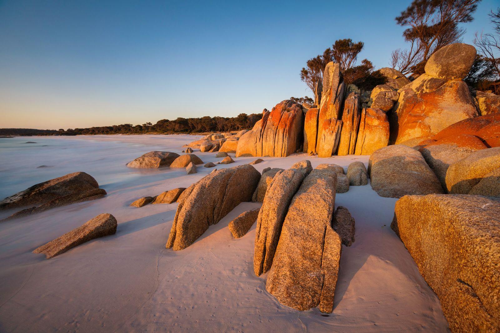 Die roten Flechten auf den Felsen gaben der Bay of Fires wahrscheinlich ihren Namen.