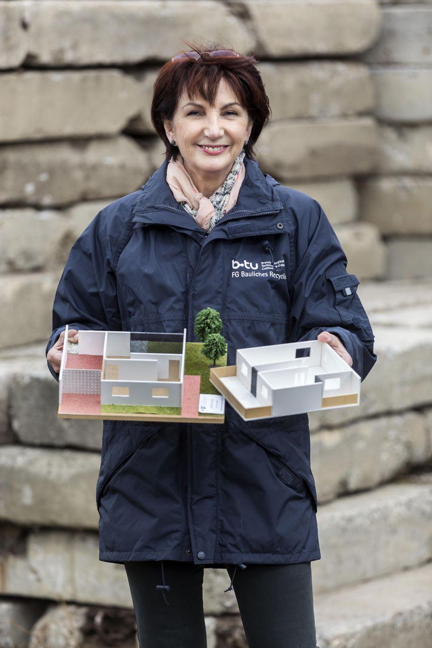 Schon ihr Vater rettete Rohstoffe von der Deponie und baute daraus Roller für die Kinder – Angelika Mettke rettet Plattenbauten. Aus den Einzelmodulen entstehen oft neue Gebäude.