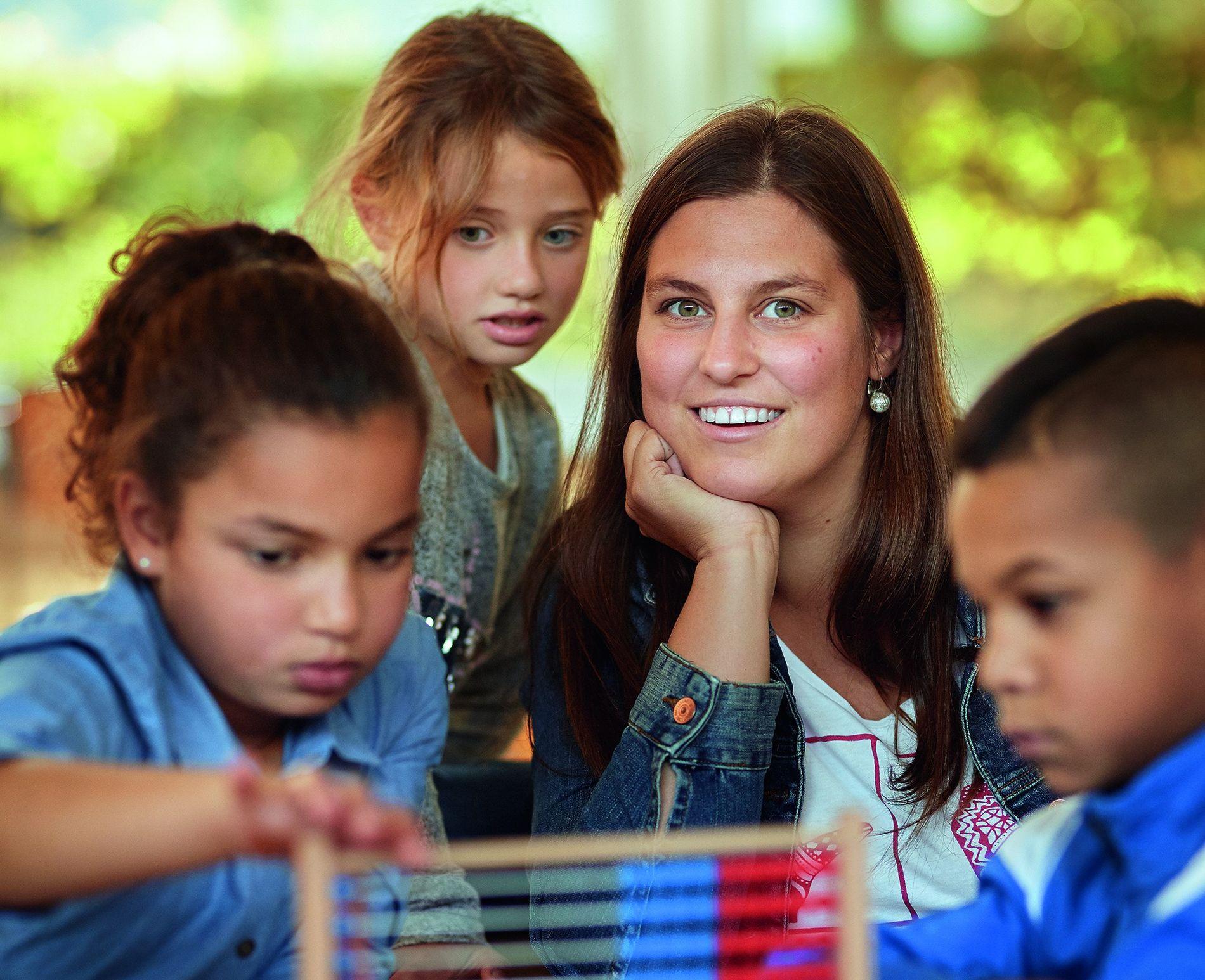"""Charlotte Frey mit drei """"Superhelden"""" in Mainz. """"Das Lernen fällt mir hier ein bisschen leichter"""", sagt Luana (2. v. l.). """"Und die Lehrer sind nett. Es ist gut, dass gleich drei in jeder Klasse sind."""""""