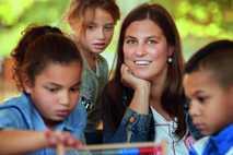"""Charlotte Frey mit drei """"Superhelden"""" in Mainz. """"Das Lernen fällt mir hier ein bisschen leichter"""", sagt ..."""