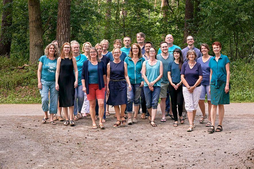 Das Team von urgewald. In der Mitte Gründerin Heffa Schücking (in Jeans ).