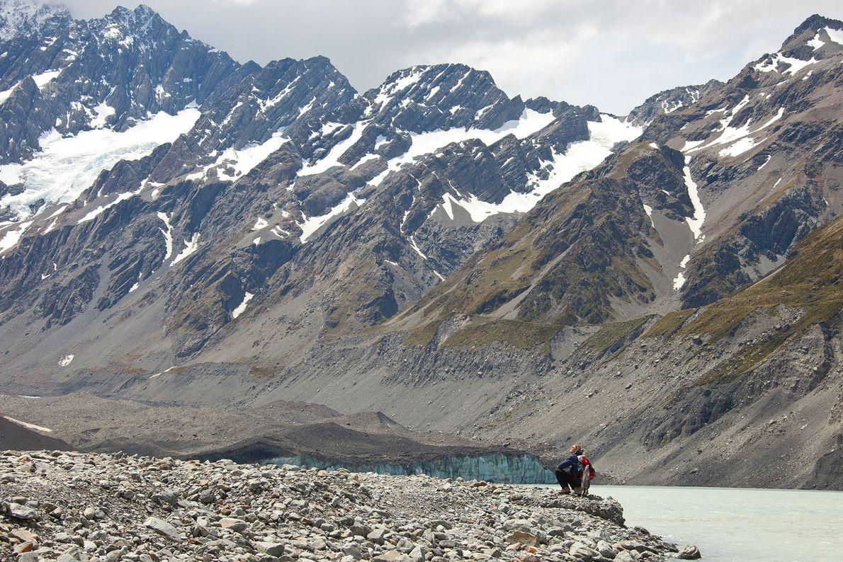 Foto eines Wanderers im Hooker Valley auf einem Weg zum Hooker-Gletscher