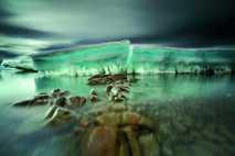 Die Antarktis erwärmt sich. Felsen liegen wie ein Pfad vor angeschwemmten Brocken aus Meereis.